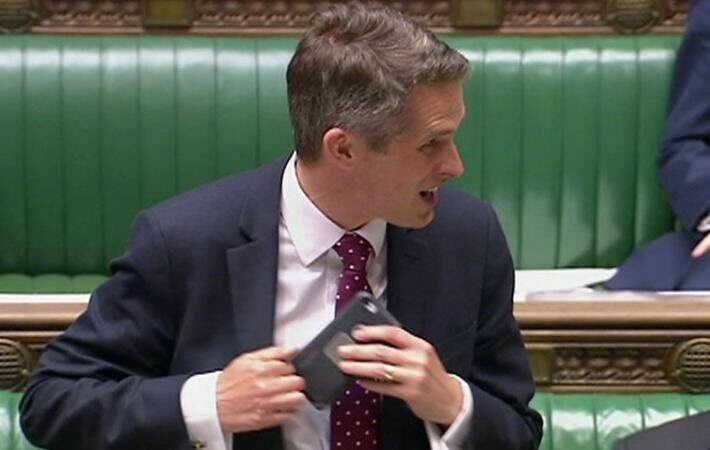 Электронный хулиган: телефон перебил министра Британии