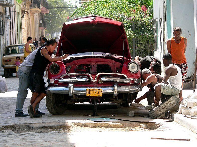 на Кубе каждый водитель механик