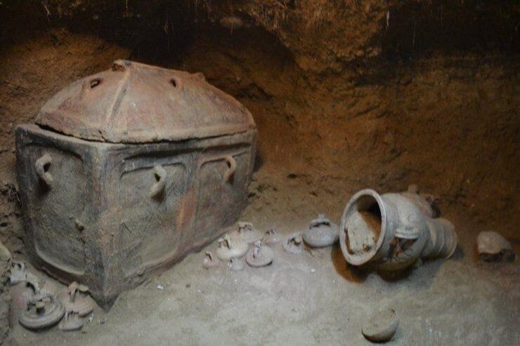 На Крите обнаружили камерную гробницу с саркофагами и древними амфорами