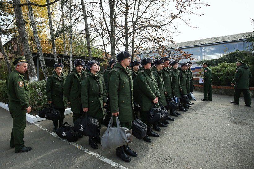 v_rossiyskoy_armii_stali_menshe_bit_no_prodolzhayut_vorovat.jpg
