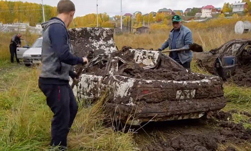 автомобили на год погрузили в болото и потом подняли