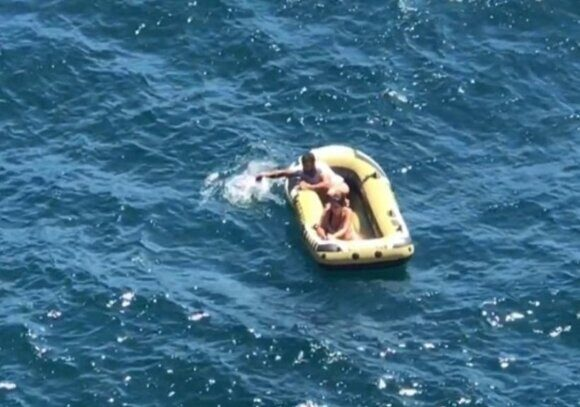 на лодке в открытом море 5 дней
