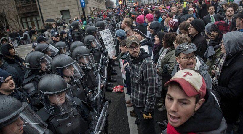 протестующие в Национальной аллее в Вашингтоне