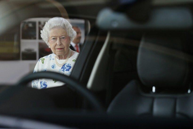 Королева Великобритании уже более 70 лет водит автомашину без водительских прав
