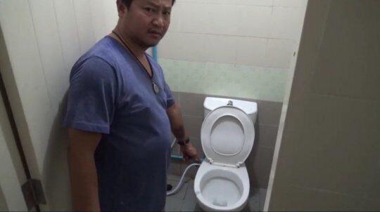 Двухметровый питон из унитаза покусал справлявшего нужду мужчину