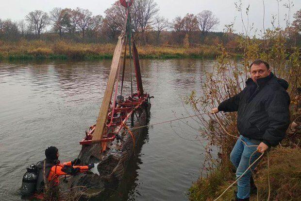 В Белоруссии на дне реки нашли восьмиметровую лодку