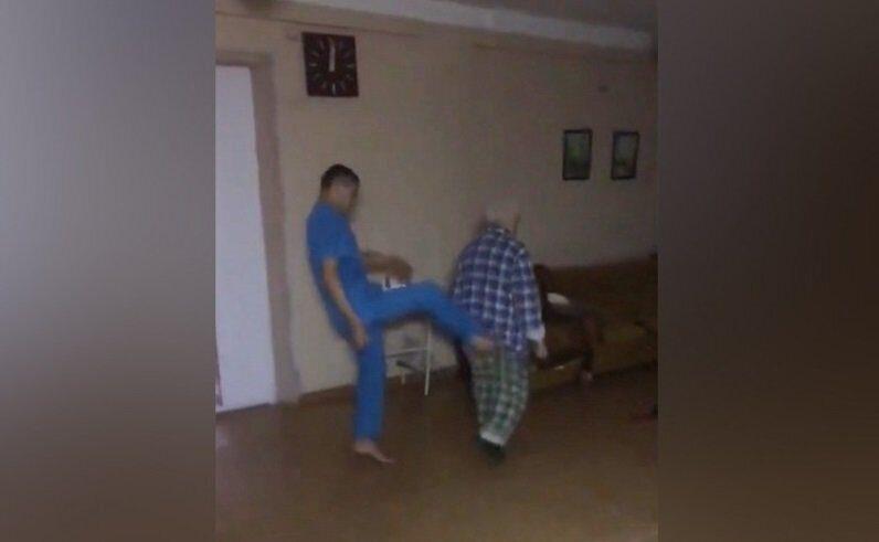 Пожилой пациент над которым издевались санитары умер