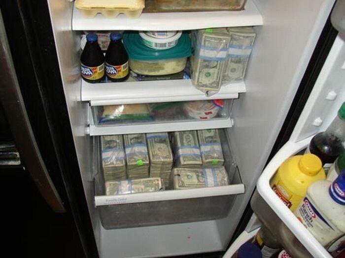 Сотрудник Минобороны прятал деньги в холодильнике