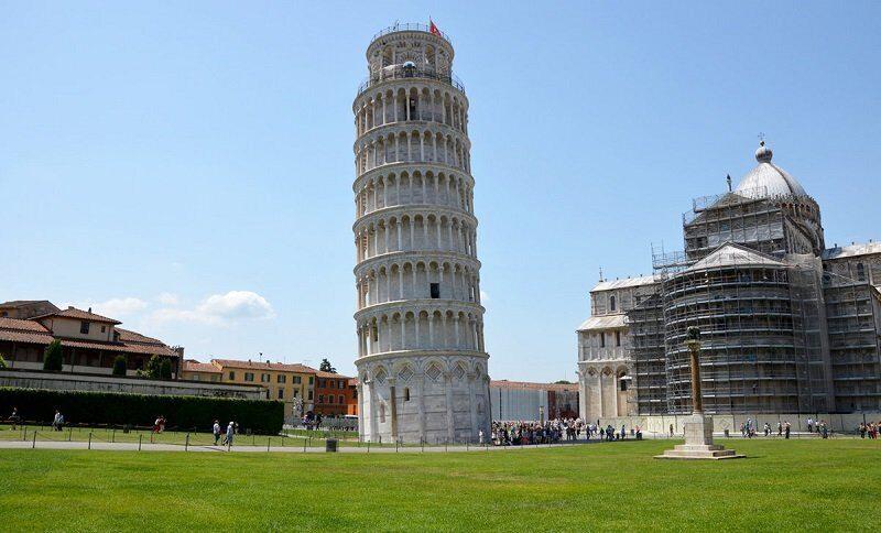 Падающая башня больше не падает и даже выпрямляется