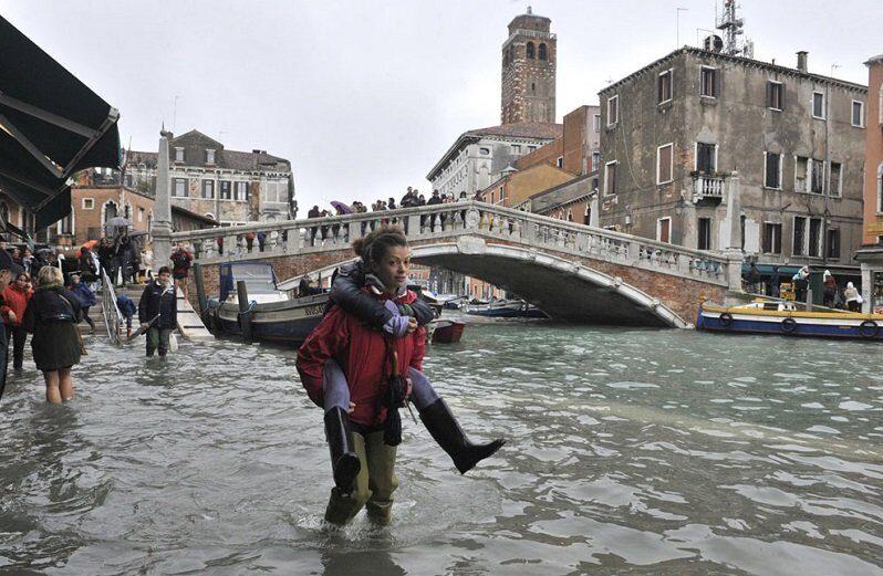 Высокая вода в Венеции спадает, но город остается подтопленным
