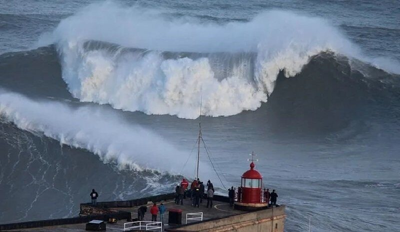 Гигантские волны захлестывают курорты Испании