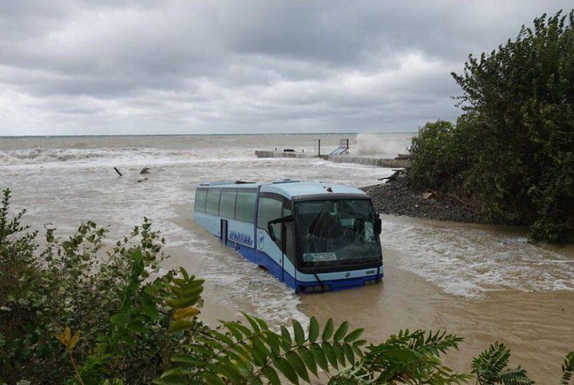 В Новороссийске шторм смыл в море пассажирский автобус