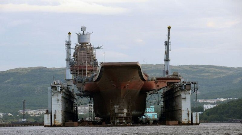 При аварии в Мурманске Адмирал Кузнецов получил пятиметровую пробоину